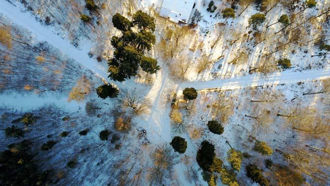 Winterlandschaft mit Drohne aufgenommen