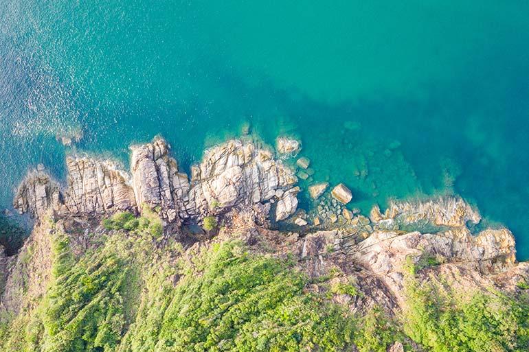Luftaufnahmen mit Drohne am Meer machen